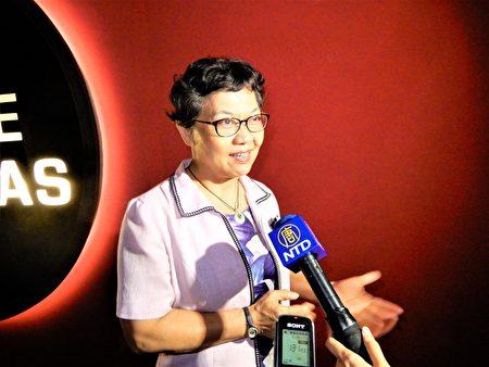台中市立光明國中校長胡金枝注意到,「很多畫面是主角與小雪靜靜地走著、輕輕地陪著,沒有台灣電影許多親暱的動作,但心是相繫的」。