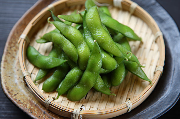 毛豆含有不飽和脂肪酸和大豆蛋白,可以顯著降低膽固醇水平。(Shutterestock)