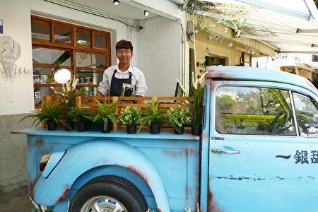 來自嘉義的「一銀甜品」在台中審計新村賣起仙草冰和雞蛋糕。