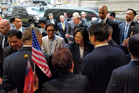 中華民國臺灣總統蔡英文與僑胞一一握手。
