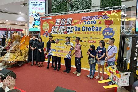 """西拉雅管理处长许主龙(右6)、台南市长黄伟哲(右5)与2018年冠军队伍(左侧)、亚军队伍(右侧),共同进行""""西拉雅趣飞车""""起跑仪式。"""