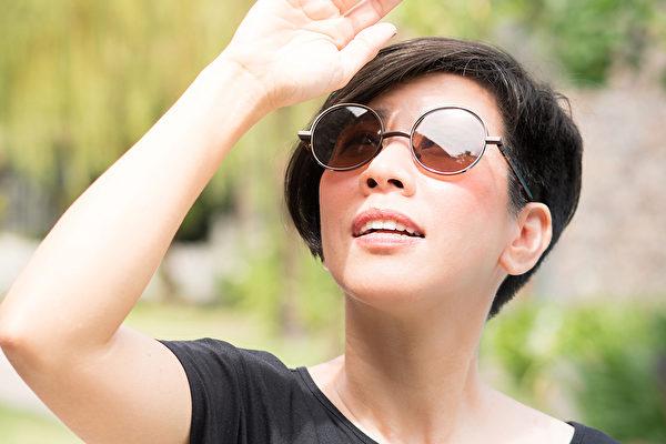 眼睛不做好防曬,長期曝露在過量紫外線中,容易引起黃斑部病變等眼病。(Shutterstock)
