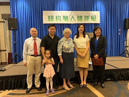 州参议员史塔文斯基(中)、州众议员金兑锡(左二)、市议员顾雅明的华裔代表袁敏益(右二)等称赞新唐人健康展提升华人民众的健康。