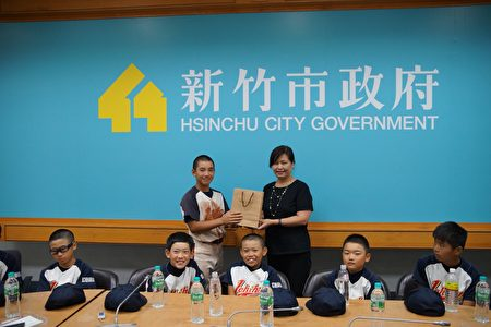 副市长致赠礼物给小选手们