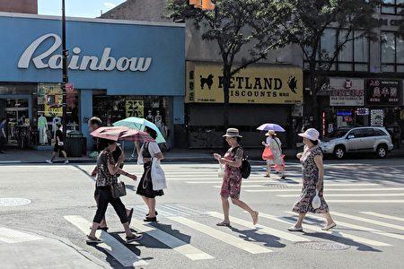20日天气的体感温度最高达华氏110度,民众纷纷撑起阳伞、戴上帽子。