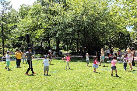 預計本週末的體感溫度高達華氏109度,家長帶小孩出遊務必防曬,多補充水分。