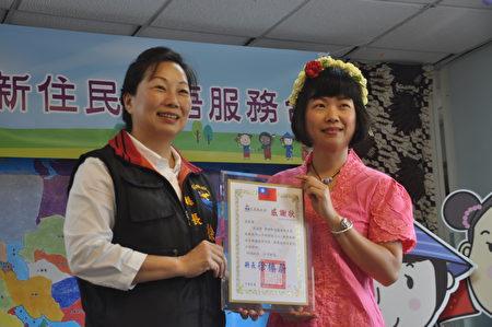 花莲县长徐榛蔚现场颁发新住民服务志工感谢状给来自印尼的张美君(左)。