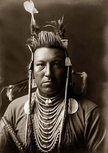 克罗部落的印第安人,Edward S. Curtis拍摄于1908年。(公有领域)