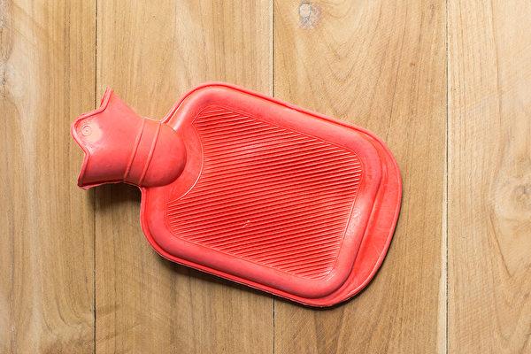 熱水袋的使用基準為每天20~30分鐘兩次。白天一次、夜晚一次,溫暖腹部再睡覺。(Shutterstock)
