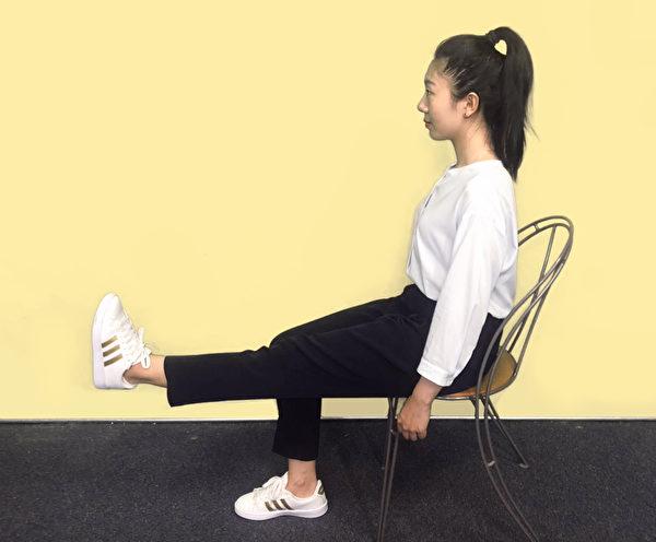 保健膝關節運動之一:訓練股四頭肌肌肉的力量。<br />  (攝影/柯弦)