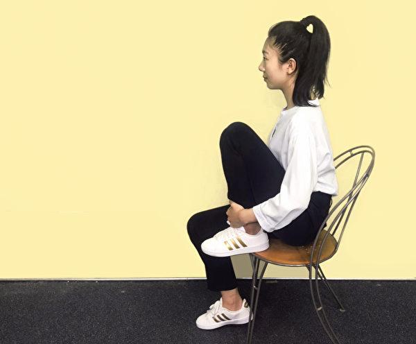 保健膝關節運動之二:抱膝運動。<br />  (攝影/柯弦)