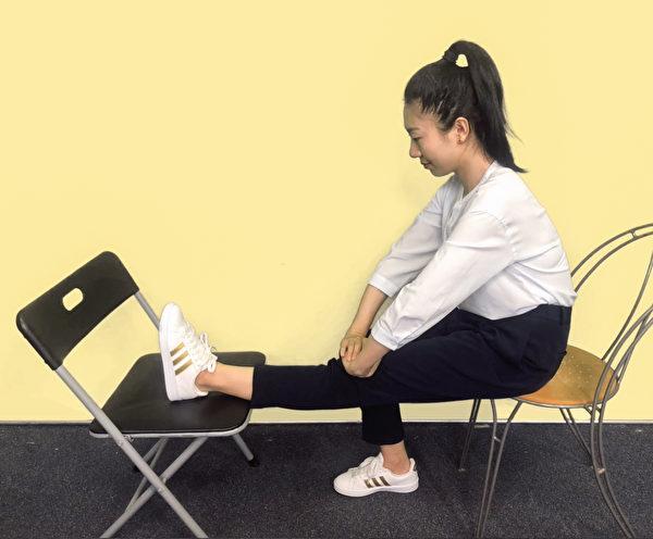 保健膝關節運動之三:壓膝運動。<br />  (攝影/柯弦)