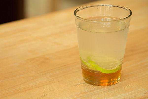 营养师分享10个降血压饮食方法,其中,早晚一杯淡蜂蜜水有助于维持血压平稳。(Shutterstock)
