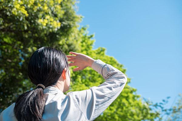 眼睛接触太阳光线,能让你清醒过来。(Shutterstock)
