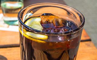 研究发现,每天多喝100毫升含糖饮料,罹癌风险增高18%。(Shutterstock)