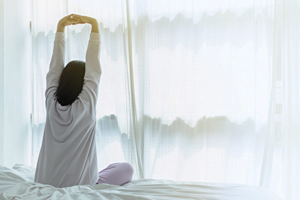利用一条毛巾做运动,就可以锻炼呼吸肌群。(Shutterstock)