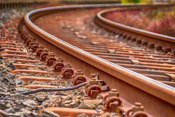火车刚开了约200公里,狗狗用爪子挠开车厢门跑掉了。铁轨示意图。(公有领域)