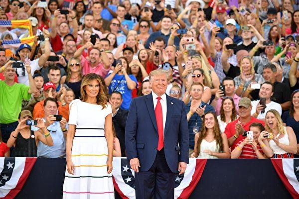 7月4日下午6點半以後,川普和第一夫人抵達林肯紀念堂,川普發表向美國致敬主題演講。MANDEL NGAN / AFP)