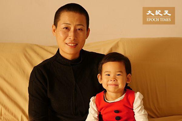 參加「709」家屬「我可以無髮,你不能無法」剃頭活動後的原珊珊和女兒。(原珊珊提供)