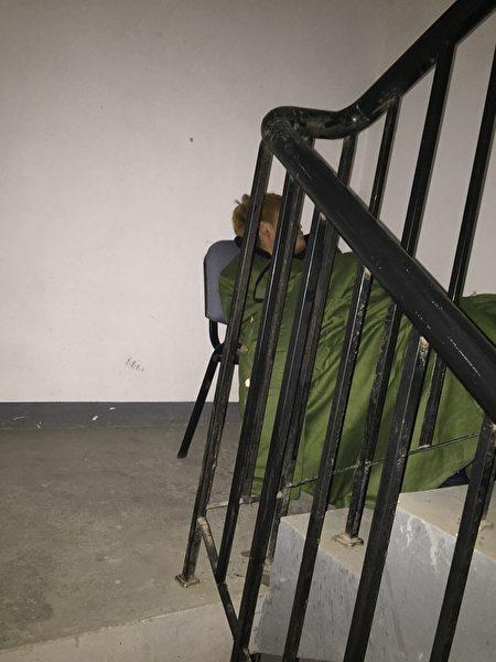 2016到2017年,謝燕益家樓道裡的監控人員,原珊珊手機拍攝。(作者提供)