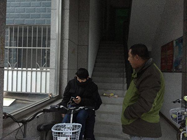 2016到2017年,謝燕益家樓門口的監控人員,原珊珊手機拍攝。(作者提供)