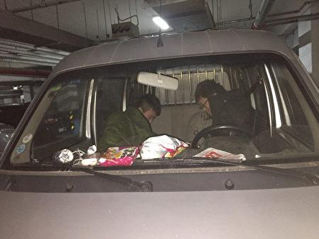 2016到2017年,謝燕益家地下車庫裡的監控人員及無牌照車,原珊珊手機拍攝。(作者提供)