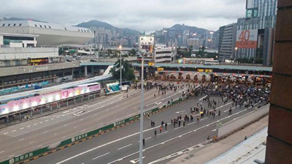 示威者在紅磡隧道口。(Jenny/大紀元)