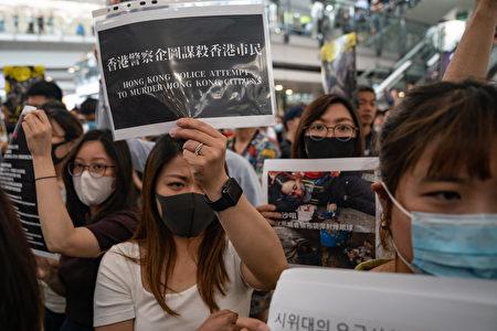 一名示威女子遭射中右眼有失明危險,引發香港民眾強烈憤慨,號召12日下午1時全民罷工、百萬人塞爆機場。