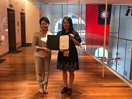 驻纽约台北经济文化办事处徐俪文处长转颁总统、副总统贺电予夺冠选手王莉婷。