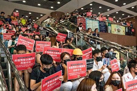图为医护人员13日静坐抗议。