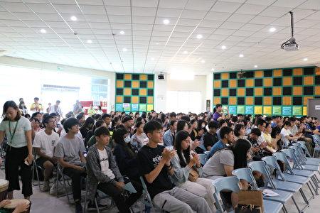本学期助学金颁赠仪式共有180名嘉义地区大专生出席典礼,发出169万5千元的助学金。