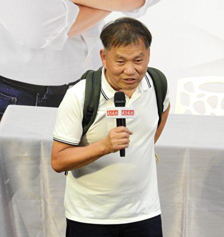 立法院副院長蔡其昌8月17日在清水高中舉辦《後背包的初心》新書的第四場簽書會,特別邀請王品創辦人戴勝益蒞臨。
