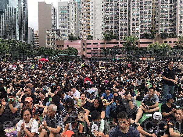 不少集會的市民坐在地上,聽出席集會嘉賓發言。(林怡/大紀元)