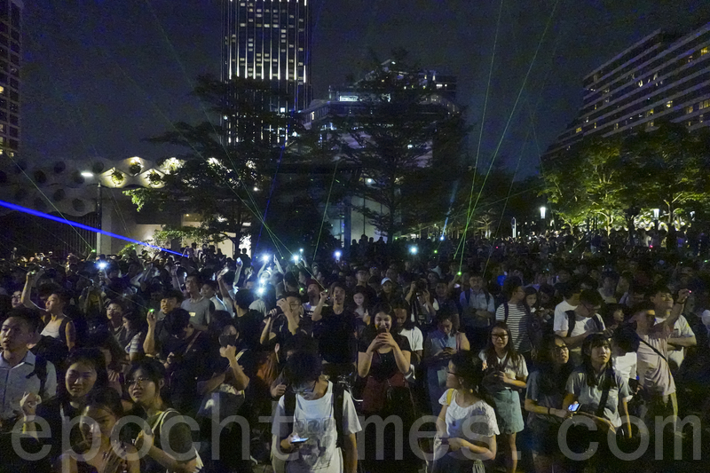2019年8月7日,尖沙咀太空馆,民众挥舞雷射笔声援被捕的香港浸会大学学生会长方仲贤。(余钢/大纪元)