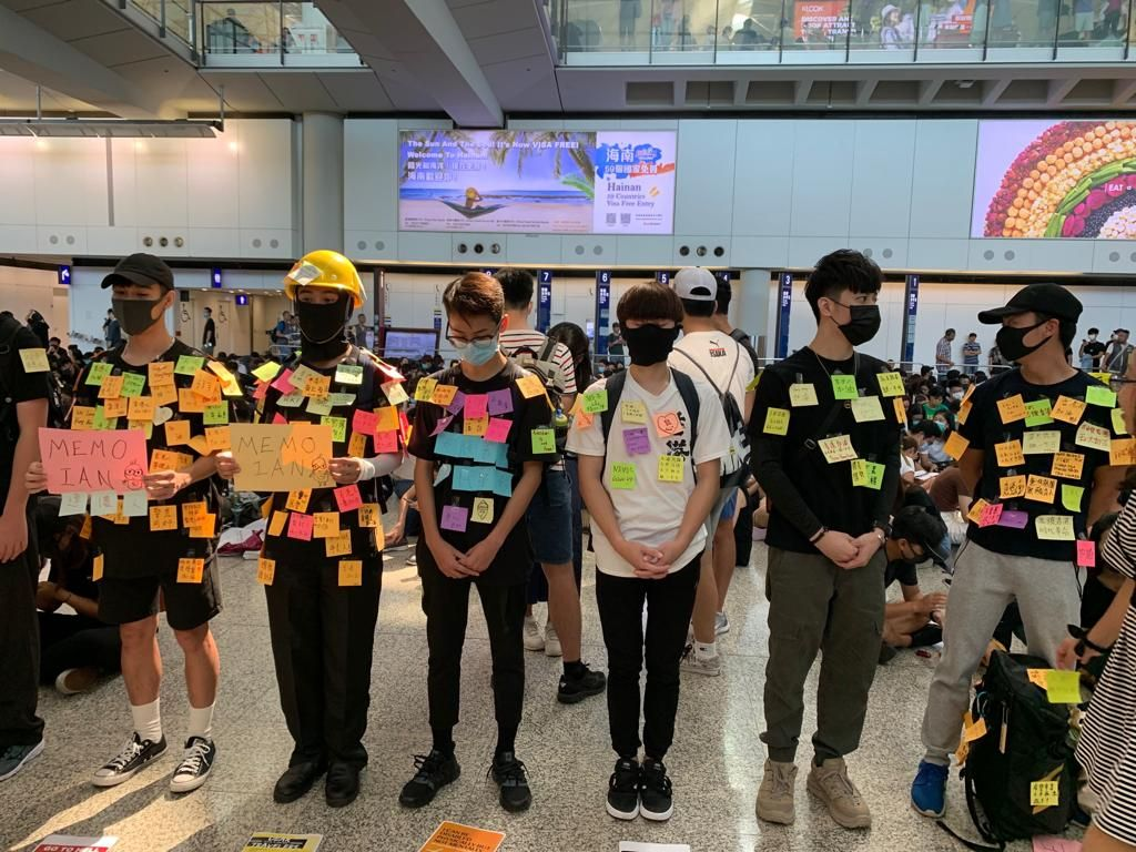 2019年8月9日,香港机场万人接机的连侬人墙。(骆亚/大纪元)
