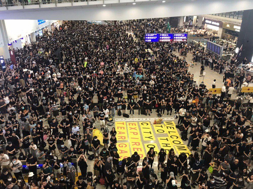 2019年8月10日,万人机场送机,参加者持各式海报和标语在接机大堂。(林卓楷/大纪元)