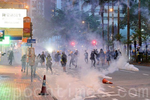8月11日,警方放射催泪弹,湾仔街头催泪烟四起。(宋碧龙/大纪元)
