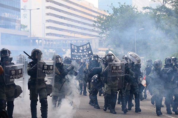 2019年8月24日下午,防暴警察在牛头角警署外释放催泪弹。(宋碧龙/大纪元)