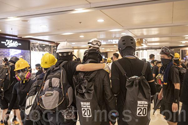 组图4:8.24港警清场 示威者并肩对抗