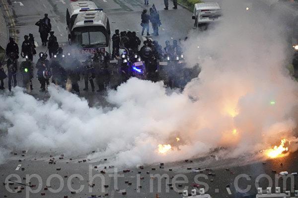香港警方暴力升级 首次开真枪 动用水炮车