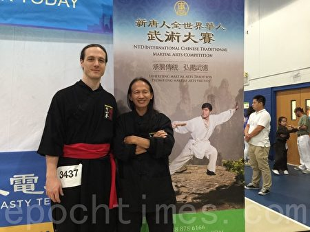 越南及美国武术冠军潘家福赞扬新唐人武术大赛宗旨,带弟子参赛支持。(施萍/大纪元)