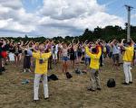 感受巨大能量 年轻人音乐节踊跃学法轮功