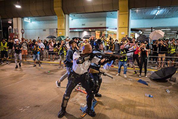 爆中共同时打入示威者和港警的双重手法