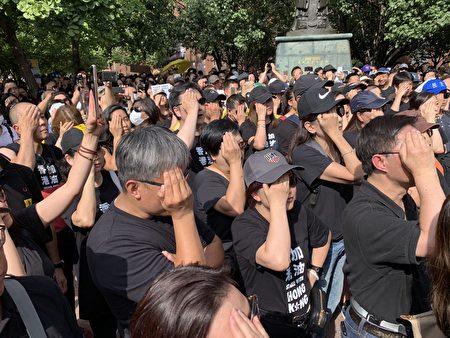 抗议人士用右手蒙眼齐齐合唱《海阔天空》,抗议香港警察近距离开枪致使一女示威者眼球爆裂。