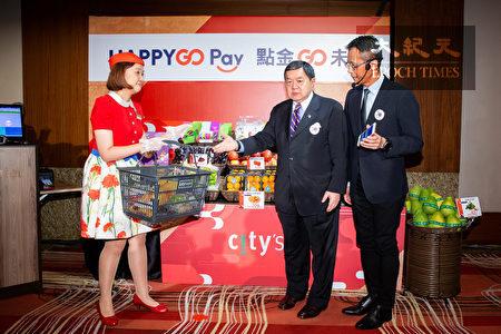 """远东集团董事长徐旭东(中)21日表示,将整合集团旗下关系企业,推出行动支付服务""""HAPPY GO Pay""""。"""