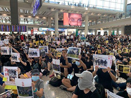 2019年8月9日,香港機場萬人接機,參加者持各式海報和標語在大堂靜坐。