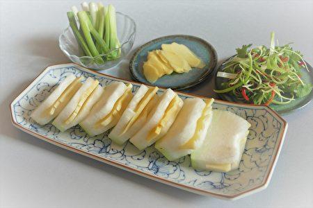 冬瓜片与鲜笋片一起清蒸,口感清爽宜人。