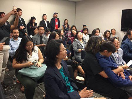 16日各族裔媒體參加了亞美聯盟舉辦的有關「公共負擔」的新聞說明會。