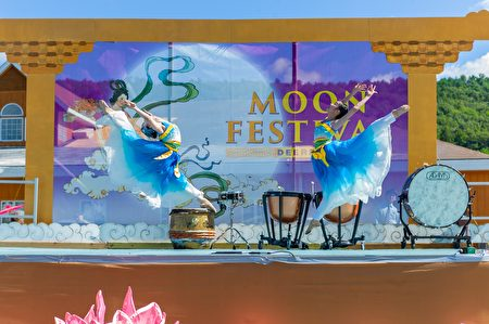 2018年中秋,现场舞台表演丰富的中西方传统节目。