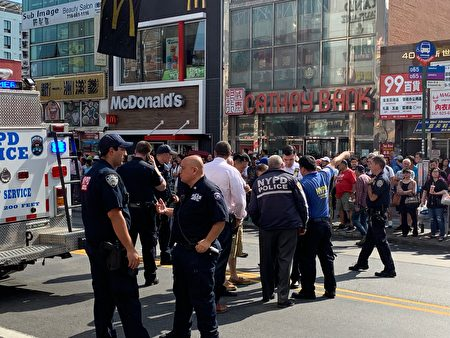 另一名社�^��j官�S凌�J(穿天�{色警服者)成功追拿了嫌犯,他回到�街,他向局�L夏因(穿白色警服低�^者)�R�笄�r。